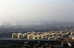 北朝鮮産の石炭が輸入されている中国遼寧省の営口港=今年3月、平賀拓哉撮影