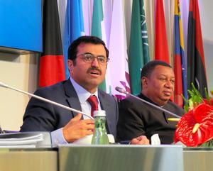 記者会見するOPEC総会議長のカタールのサダ・エネルギー産業相(左)とバーキンドOPEC事務局長=11月30日、ウィーンのOPEC本部、渡辺淳基撮影
