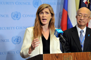 国連安保理で対北朝鮮の制裁強化決議を採択後、会見する米国のサマンサ・パワー国連大使(左)と日本の別所浩郎・国連大使=11月30日、ニューヨーク、金成隆一撮影