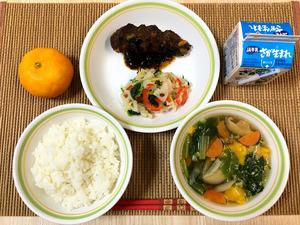 学校栄養職員の南川由紀さんが献立を考えた給食=鹿島市立学校給食センター提供
