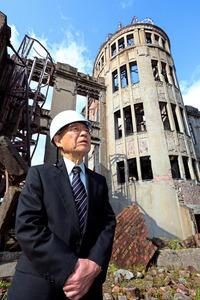 原爆ドームの敷地内で、保存状態などを話す原田浩さん=11月1日、広島市中区、上田幸一撮影