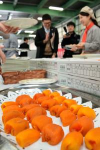 あんぽ柿の出発式では試食会も開かれた=伊達市梁川町