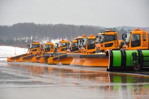 整列した除雪用の車両=青森空港