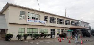 和泊町の本庁舎。築60年を超え、老朽化が激しいという=和泊町