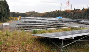 森を切り開いて造られた太陽光発電施設。右奥は、開発で壊された後、ブルーシートで覆われた窯跡=1日、愛知県瀬戸市、伊藤智章撮影