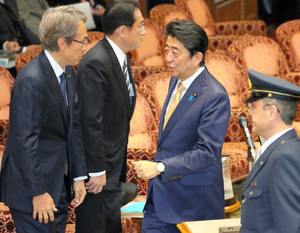 参院TPP特別委に臨む安倍晋三首相(右から2人目)=1日午後0時58分、岩下毅撮影