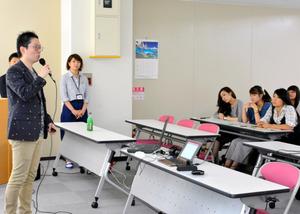 研修の受講者たちを前に話す市川武史さん=神戸市中央区