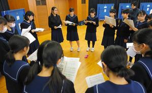 合唱曲「消えた八月」の練習をする吹奏楽部員ら=那珂川町の那珂川北中