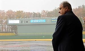 雨の中、福島県営あづま球場(福島市)を11月に視察したフラッカリ会長
