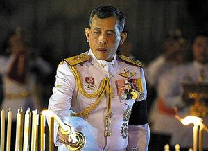 10月23日、故プミポン国王の追悼式に参加したワチラロンコン皇太子(新国王)=ロイター