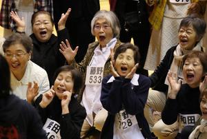 蜷川さんの夢、高齢者の群衆劇 1600人、7日に上演