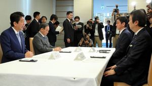 「拉致問題に関する4大臣会合」で発言する安倍晋三首相(左端)=2日午前8時25分、首相官邸、岩下毅撮影
