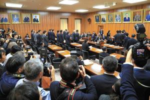 衆院内閣委員会で「カジノ解禁法案」が可決された=2日午後0時29分、長島一浩撮影