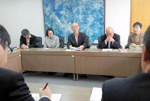 伊万里市に玄海原発の再稼働反対を申し入れる市民ら=伊万里市役所