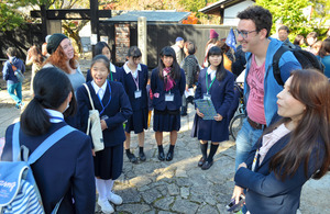 外国人観光客と談笑する中津高と神坂中の生徒ら=中津川市馬籠