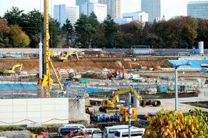 本体工事に着工した新国立競技場の予定地=2日午後3時24分、東京都新宿区、嶋田達也撮影