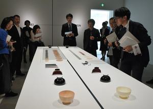 左側が漆の木椀、右側がウレタンの器。どちらが工芸かデザインか?=金沢21世紀美術館