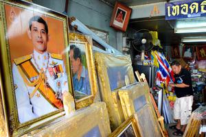 タイでワチラロンコン新国王(64)が1日に即位したことを受けて2日、新国王の肖像写真などがさっそく目立ち始めた。首都バンコクの王宮に近いプラスメン通りは王族の肖像や旗、紋章などを専門に扱う業者が集まる。各店はこの日、最も目立つところに新国王の肖像写真を並べた=2日大野良祐撮影