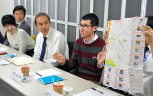 バリアフリーマップ作りについて議論する学生ら=東京都文京区のトヨタ自動車東京本社