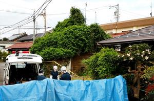 竹内さん一家3人の遺体が見つかった住宅。大部分が木や草に覆われていた=11月18日、岐阜市茜部本郷2丁目