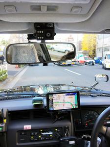 ミラーの上に取り付けられたドライブレコーダー=東京都
