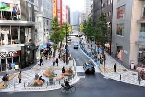 歩道が広がり、人が歩きやすくなった葺合南54号線=神戸市中央区