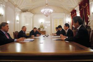 会談する岸田文雄外相(右から2人目)とロシアのプーチン大統領(左から2人目)=現地時間2日午後、ロシア・サンクトペテルブルク、代表撮影