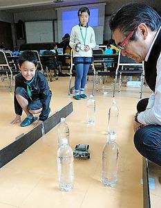 障害物をかわして走るロボット=明法中学・高校