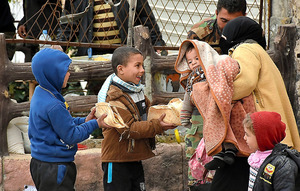 アレッポ東部の反体制派支配地域から逃れてきた人たち=11月30日、AFP時事