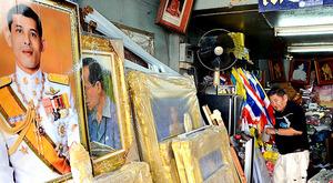 タイでワチラロンコン新国王(64)が即位したことを受けて2日、新国王の肖像写真などがさっそく目立ち始めた。首都バンコクの王宮に近いプラスメン通りは王族の肖像や旗、紋章などを専門に扱う業者が集まる。各店はこの日、最も目立つところに新国王の肖像写真を並べた=大野良祐撮影