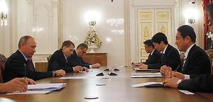 会談する岸田文雄外相(右)とロシアのプーチン大統領(左)=現地時間2日午後、ロシア・サンクトペテルブルク、代表撮影