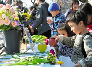 好物のリンゴを供え、ユキに別れを告げる子ども=周南市