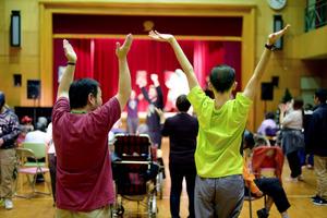 体育館で開かれた「ダンスチャレンジ教室」で踊る「津久井やまゆり園」の入所者たち=3日午後、相模原市緑区、小玉重隆撮影