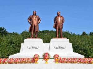 北朝鮮・開城市に建立された故金日成主席(左)と故金正日総書記の銅像。10月5日に除幕式が行われた=朝鮮通信