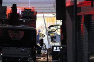病院に突っ込んだタクシー=3日午後7時13分、福岡市博多区、金子淳撮影