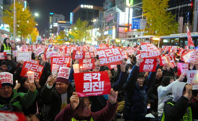 韓国南部・釜山市中心部で3日、朴槿恵大統領の退陣を求めて集まった人たち=金順姫撮影