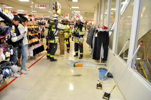 焦げたズボンを持つ消防隊員=3日午後7時24分、福岡市博多区の博多バスターミナルビル、加藤美帆撮影