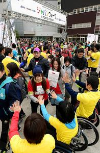 オリンピアンやパラリンピアンに見送られスタートする参加者=東京都江東区、竹花徹朗撮影
