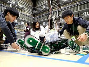 「廃炉創造ロボコン」でロボットを調整する学生たち=3日、福島県楢葉町、金川雄策撮影