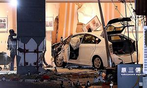 病院内に突っ込んだタクシー。壁や柱が大きく壊れていた=3日午後7時45分、福岡市博多区、金子淳撮影