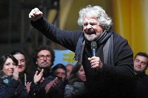 伊北部トリノで2日、国民投票で「反対」への投票を呼びかけるグリッロ氏=AP