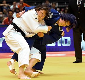 女子63キロ級3回戦でリオ五輪金メダリストのトルステニャク(左)を攻める嶺井美穂=角野貴之撮影