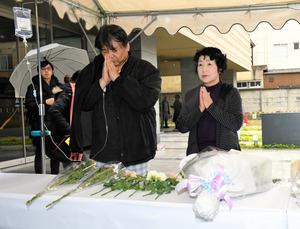事故のあったロビー前には献花台が設けられ、手を合わせる人の姿が見られた=4日午前10時33分、福岡市博多区、長沢幹城撮影
