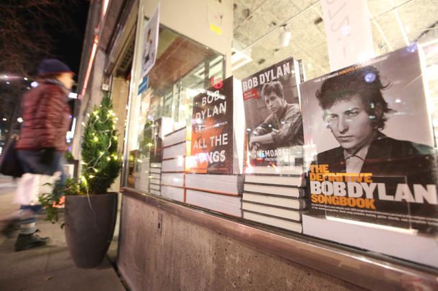 ボブ・ディランの関連本が飾られた書店=3日、スウェーデン・ストックホルム、川村直子撮影
