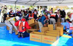 避難所の設営に取り組む住民=生駒市小平尾町