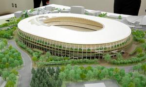 新国立競技場の模型。軒庇と屋根集積材は、森林認証の国産材が使われる予定