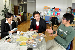 事務スペースで図書館型カフェの在り方を相談する、左から前野由美さん、留守敦さん、佐藤紘孝さん=千葉市稲毛区