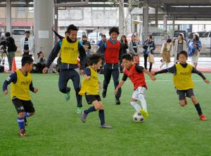 選手とミニゲームを楽しむ子どもたち=鹿児島市