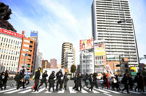 忍者姿で都心を歩く参加者たち=4日午前10時54分、東京都新宿区、金居達朗撮影