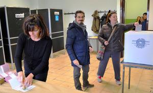 レンツィ首相の進退にもつながりかねないイタリアの国民投票にのぞむ人たち=4日、ローマ、青田秀樹撮影